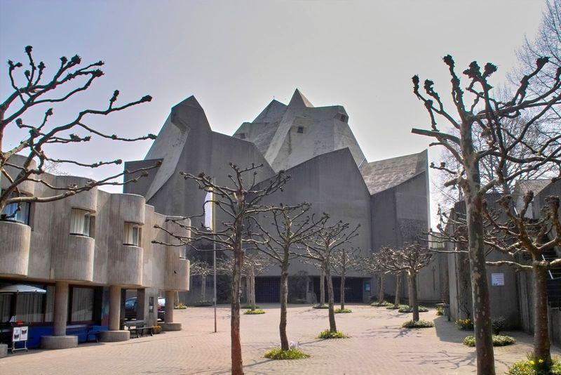 Atrio exterior de la Catedral Mariana de Neviges